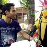 Kader Golkar Jombang Bagikan 500 Masker Pakai Helm Corona