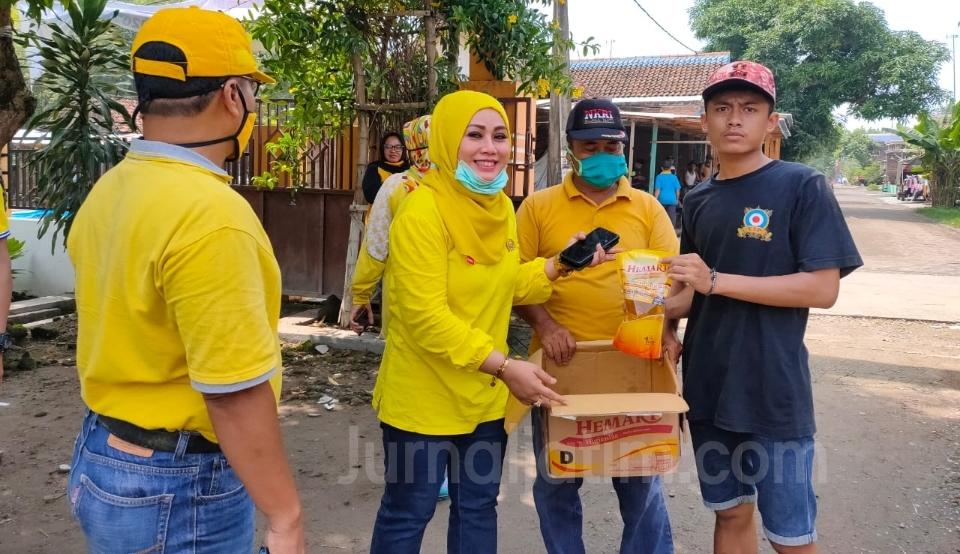 Legislator Cantik di Jombang Turun ke Desa, Bagi 500 Masker ke Warga