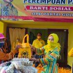 Perempuan Golkar Bantu Bahan Pokok ke Pekerja Jalanan di Jombang