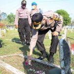 Polres Jombang Ziarah Dan Tabur Bunga di TMP Kusuma Bangsa