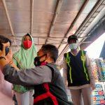 Polisi Bagi Masker ke Anak Agar Terlindungi Dari COVID-19