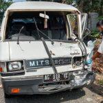 Roda Depan Lepas Picu Laka Karambol 4 Mobil di Jombang