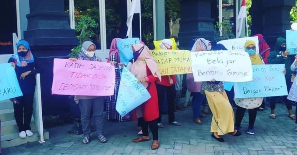 Ibu-ibu di Jombang Demo Dinas Pendidikan Tuntuk Sekolah Tatap Muka