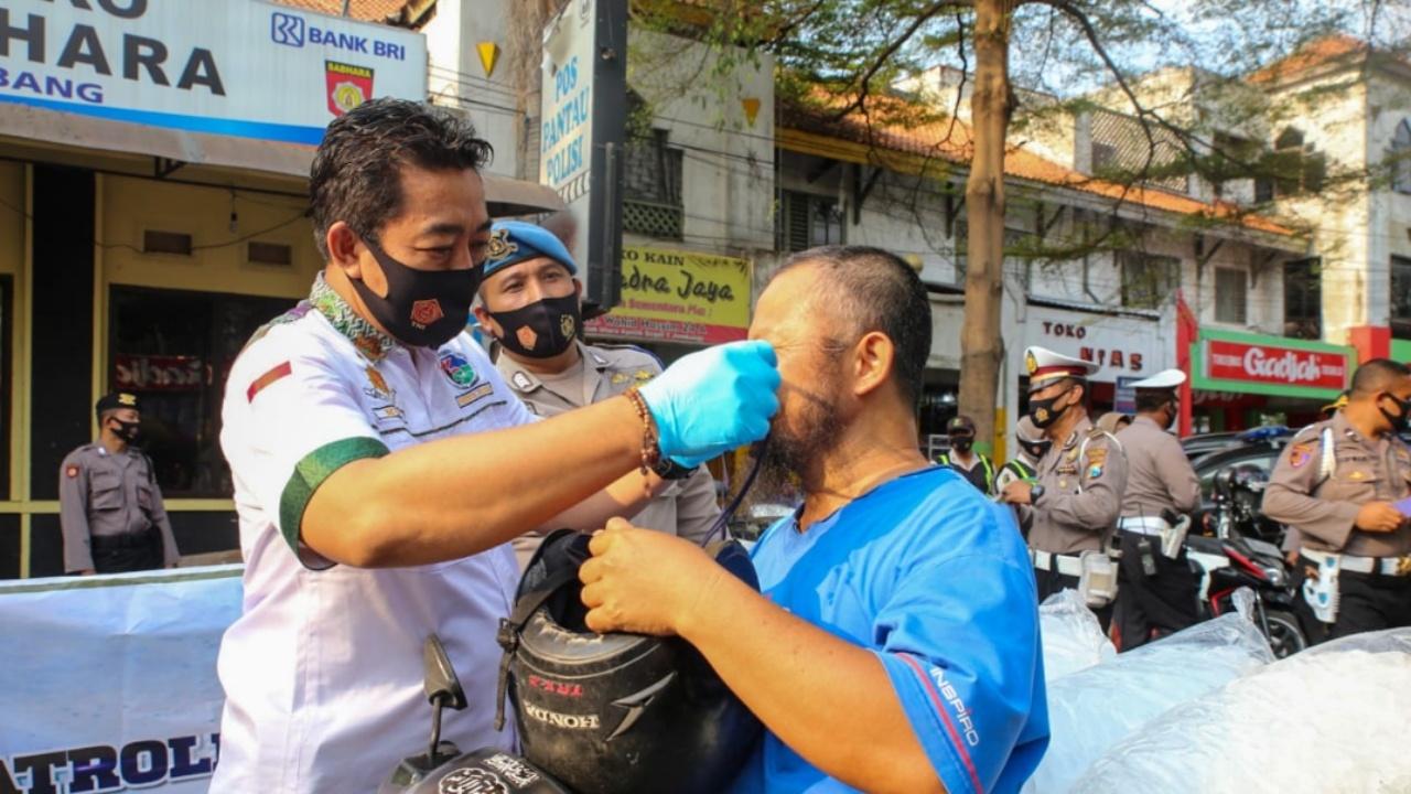 Masih Banyak Warga tak Disiplin, Polisi Jombang Bagi-bagi Masker