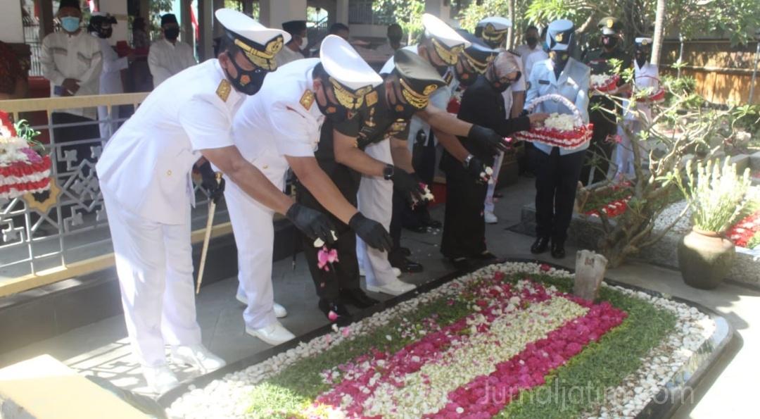 HUT ke 75 TNI, Pangkoarmada II Ziarah Makam Presiden ke-4 Gus Dur di Jombang