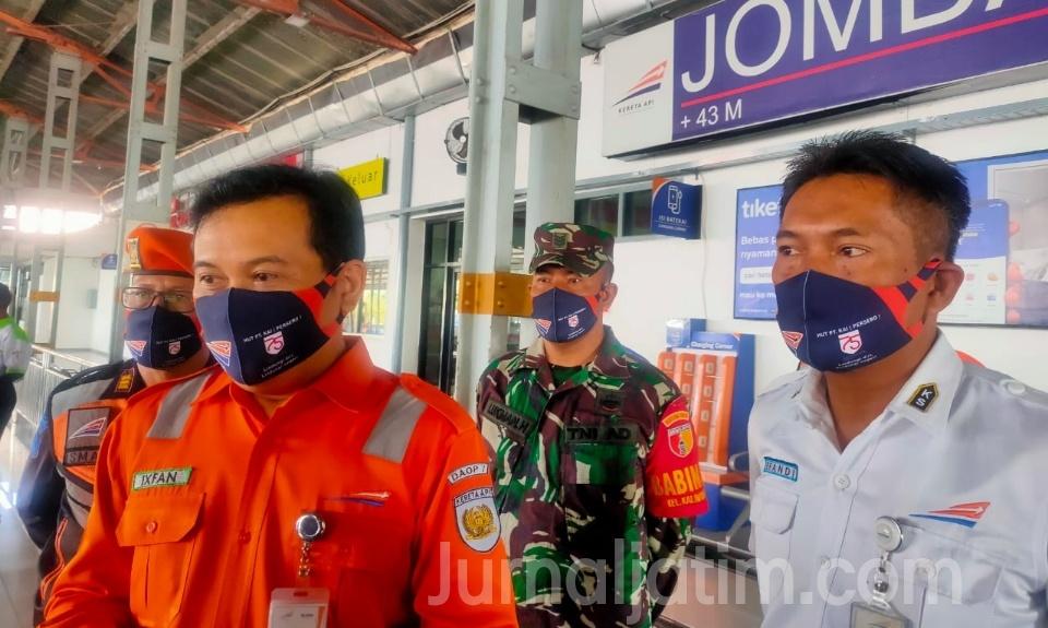 PT KAI Dan Pecinta Kereta Api Kampanye Protokol Kesehatan di Stasiun Jombang