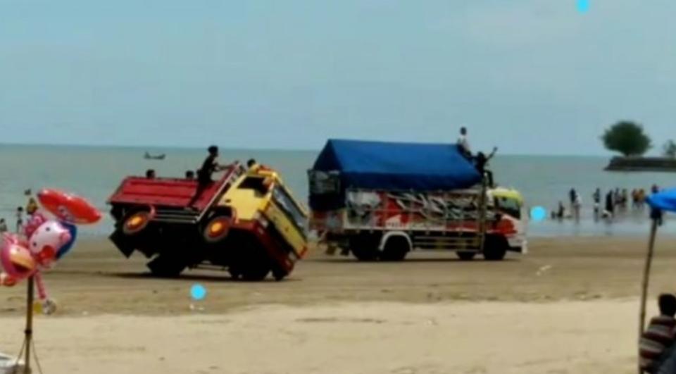 Viral Truk Balapan di Wisata Pantai Cemara Tuban, Pintu Masuk Police Line