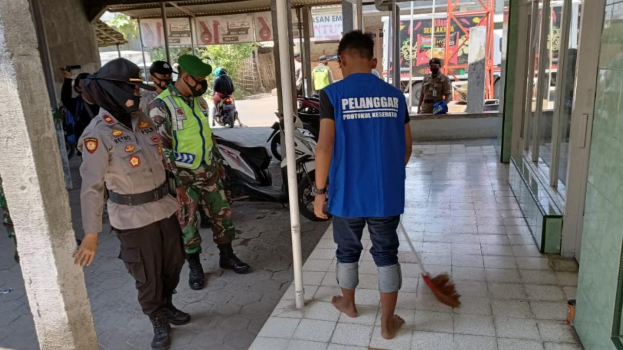 Ke Pasar Tak Pakai Masker, Warga Jombang Dihukum Bersihkan Masjid