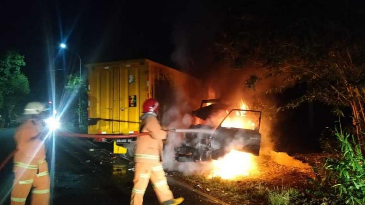 Truk Boks Oleng Tabrak L300 Lalu Terbakar di Bojonegoro, 5 Orang Luka