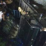 Terlalu Minggir, Pikap Muat Ayam Terjun ke Sungai di Jombang