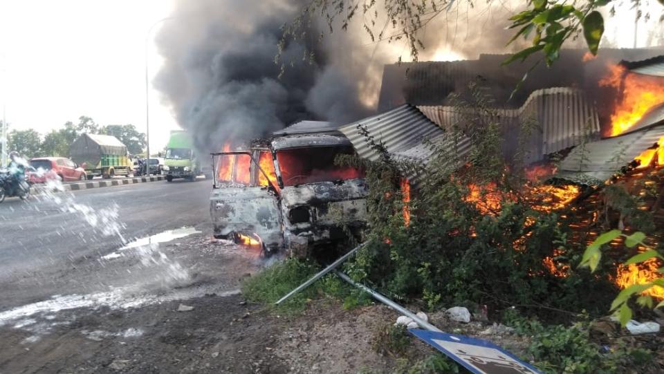 Sopir Melompat, Mobil Carry Tabrak Warung Lalu Terbakar di Jombang