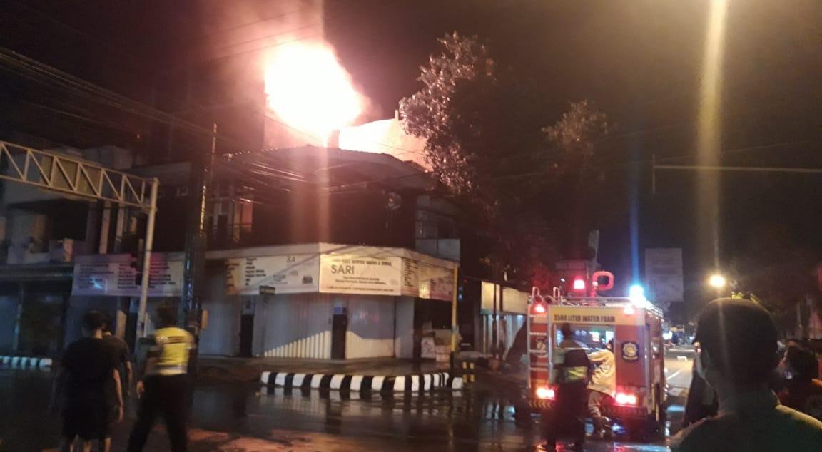 Empat Unit Mobil Damkar Padamkan Api di Toko Minyak Wangi Kota Kediri