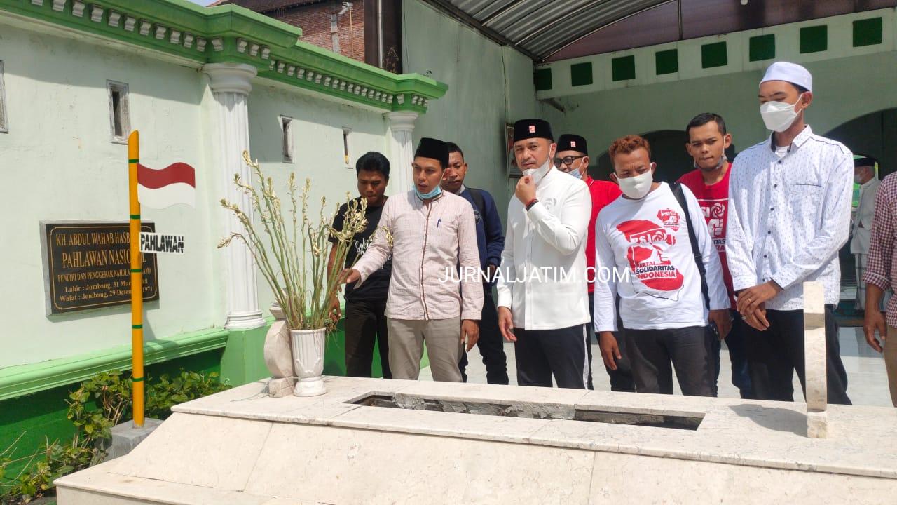 Cinta Sejarah, Giring Ganesha Ziarah Makam KH Wahab Chasbullah di Jombang