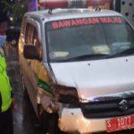 Ambulans Siaga Desa Bawa Pasien Tabrak Motor dan Xenia di Jombang