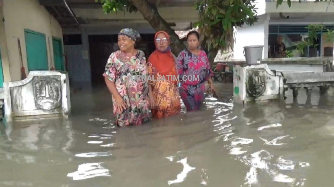 Empat Hari Terendam Banjir, Warga di Jombang Tetap Bertahan di Rumah