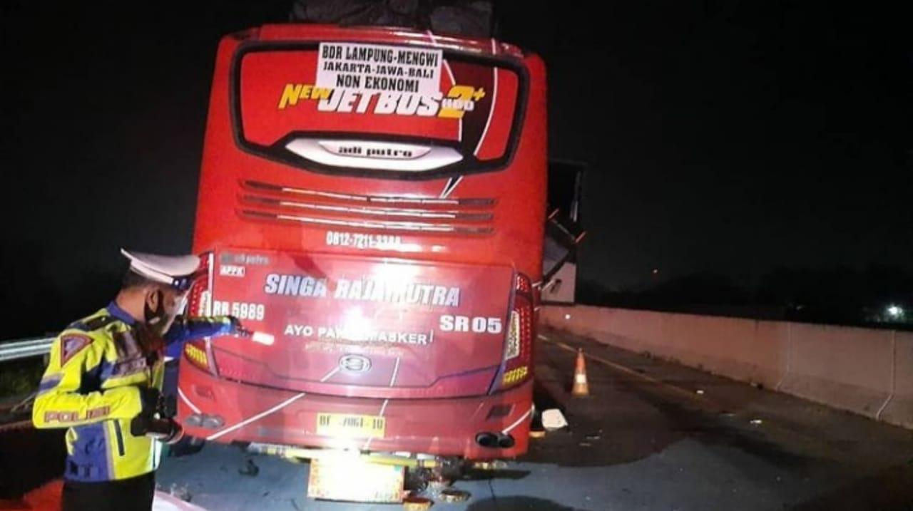 Bus Antar Pulau Tabrak Truk Muat Baja di Tol Magetan, 2 Orang Meninggal