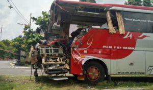 Innalillahi! Korban Laka Bus di Tol Magetan Bertambah Menjadi 4 Orang