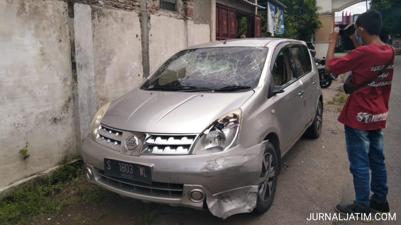 Mabuk Tabrak Motor Lalu Kabur, Mobil Livina Dirusak Massa di Jombang