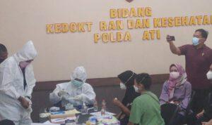 Datangi Polda Jatim, Ibunda Kru Sriwijaya Air Berikan Sampel DNA