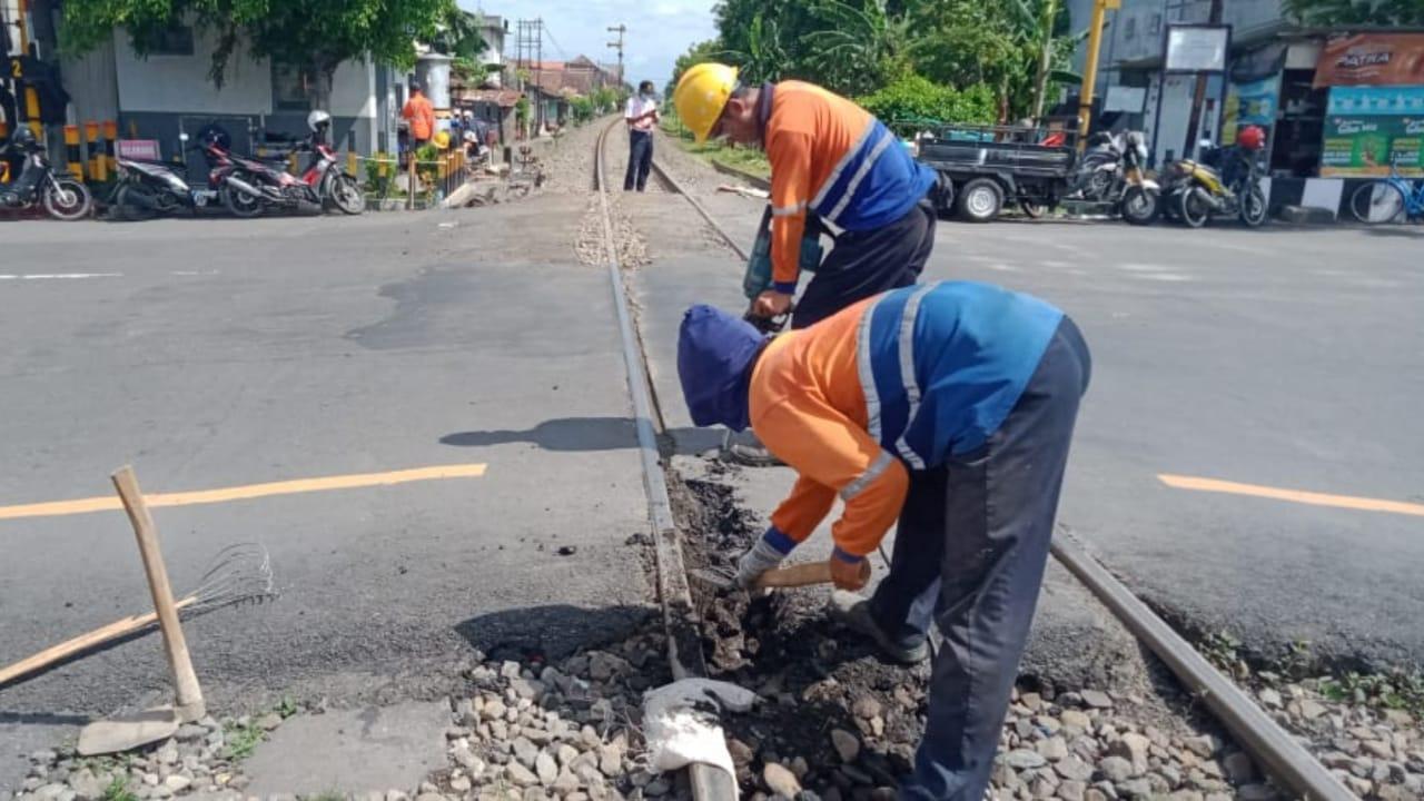 Hati-Hati Melintasi Jalan Hasanudin Kota Kediri, Ada Pergantian Rel KA