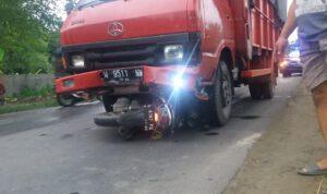 Brakk! Motor Masuk Kolong Truk di Jombang, Pengendara Selamat