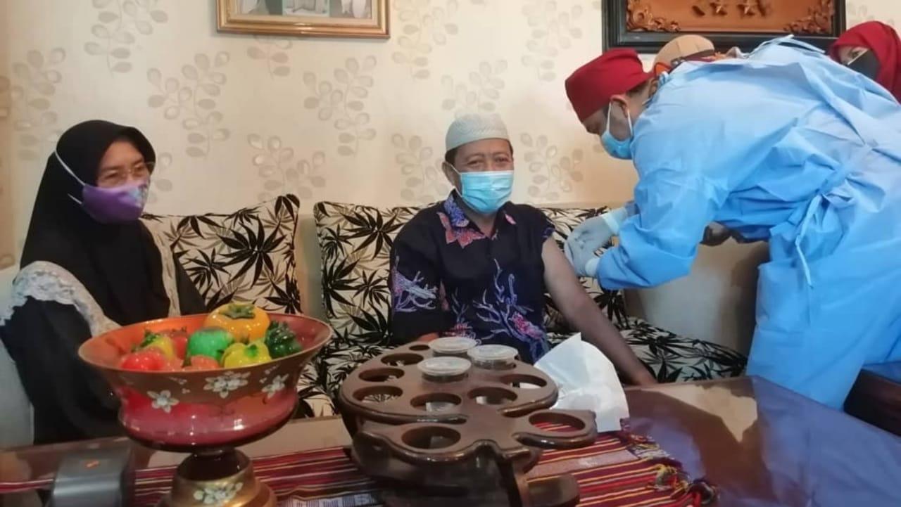 Bupati Tuban Fathul Huda Disuntik Vaksin COVID-19 Pada Usia 65 Tahun