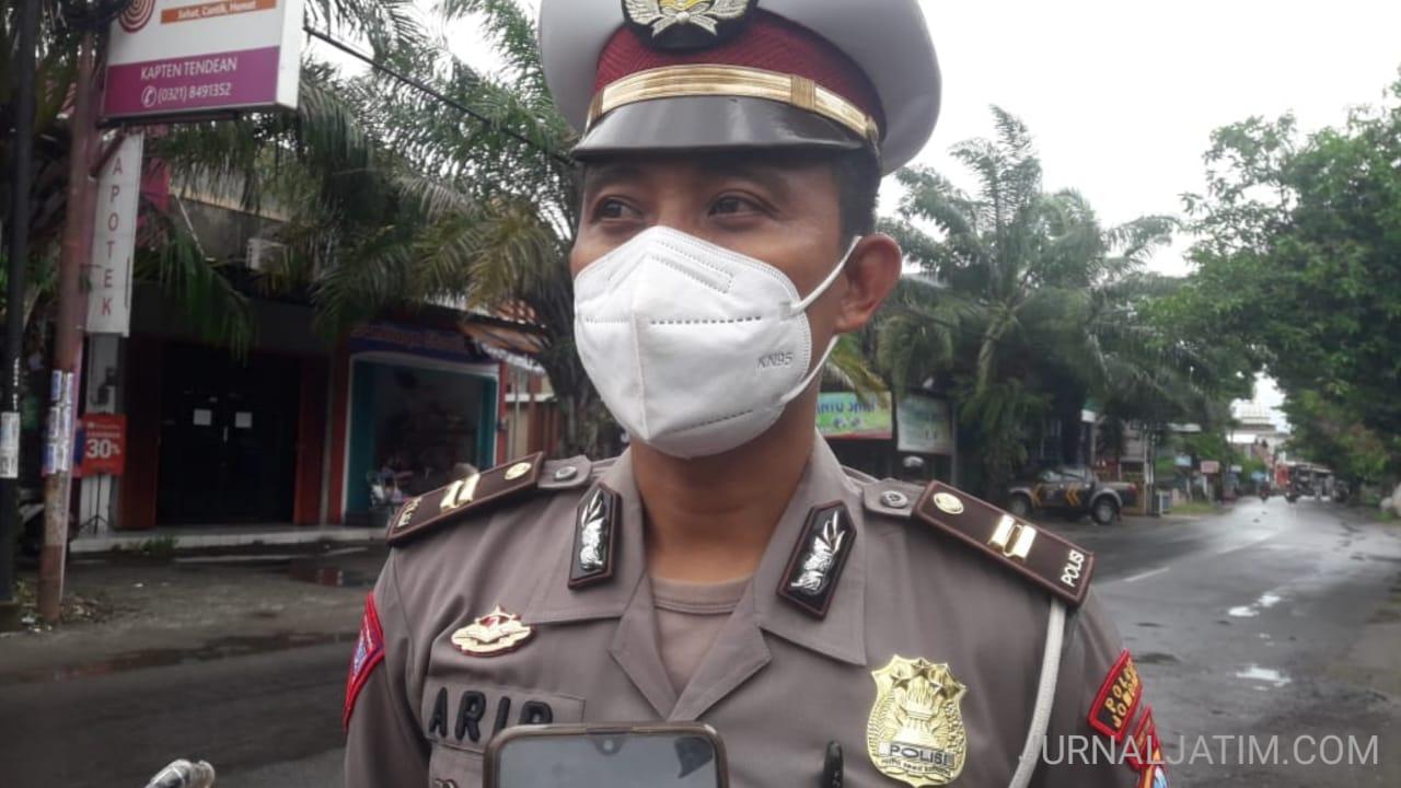 Polisi Rekayasa Lalu Lintas Jalan Raya di Jombang Yang Terendam Banjir