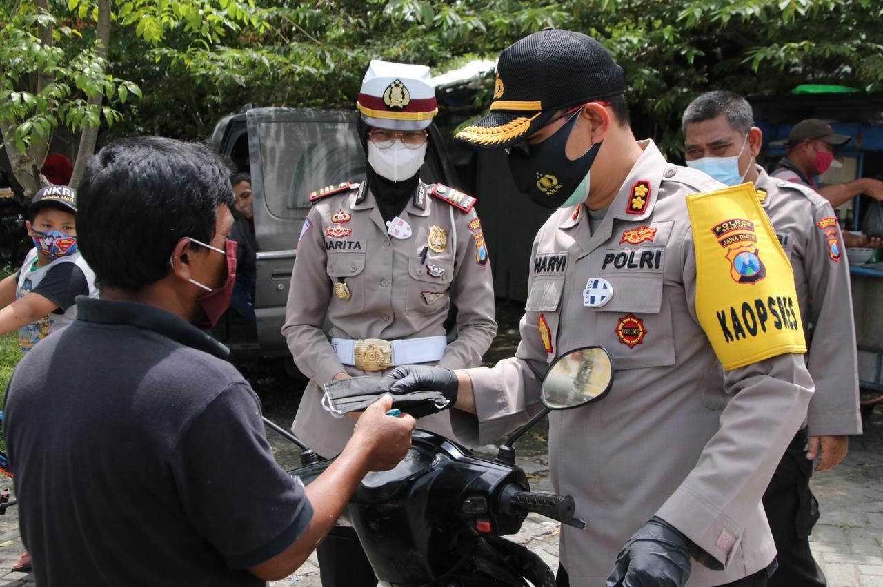 Cegah Penularan COVID-19, Polres Nganjuk Serentak Bagikan 3000 Masker