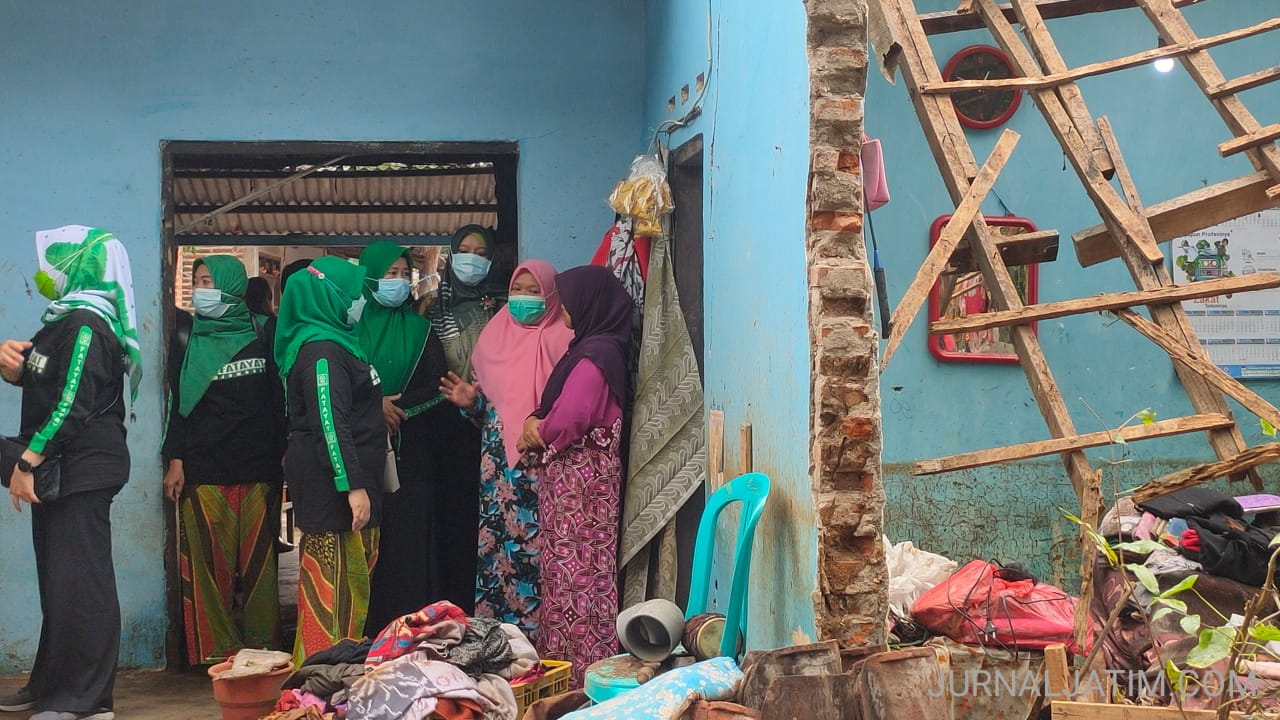 Peduli, Ibu-ibu Fatayat NU Bantu korban Banjir Bandang di Jombang