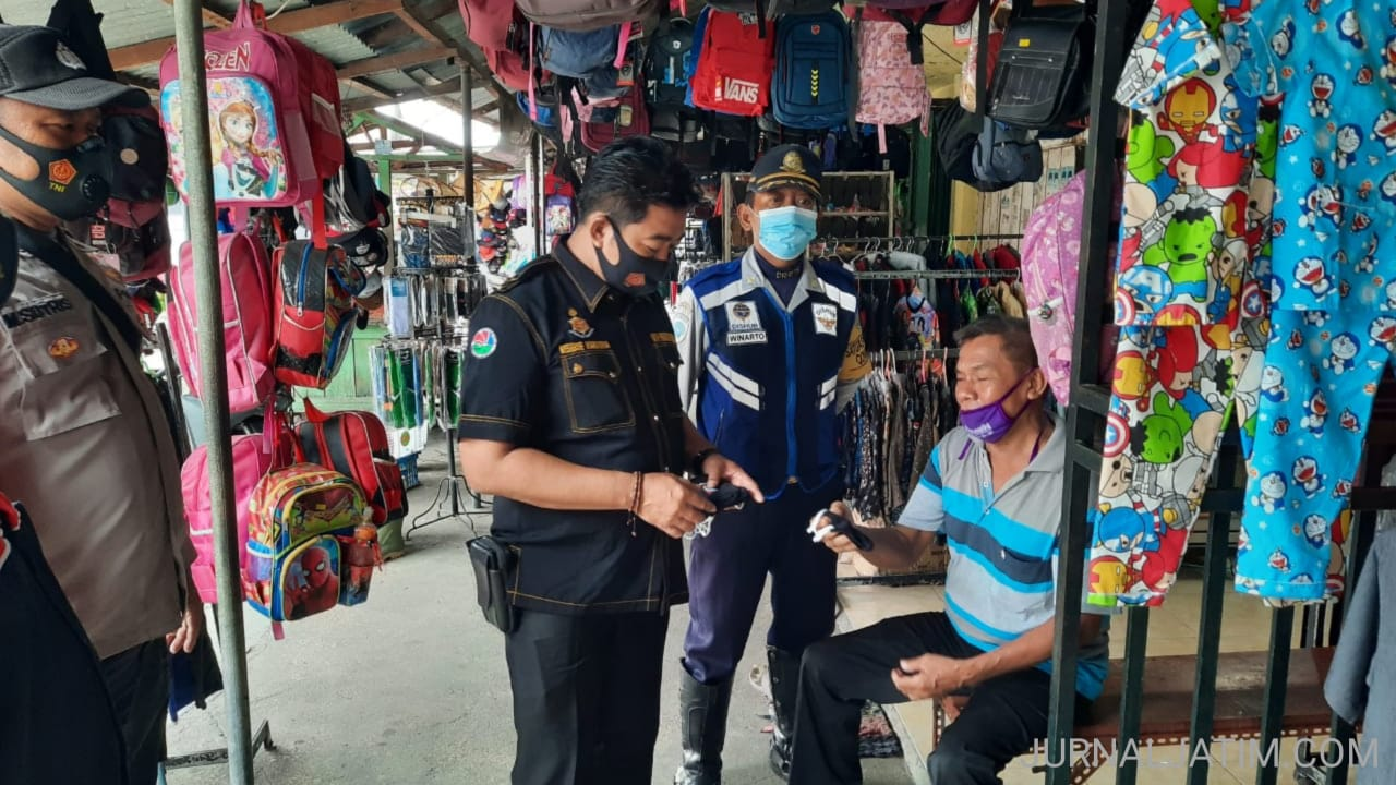 Tim Gabungan Patroli Keliling Jombang Bagikan Masker Cegah COVID-19