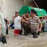 Viral, Video Warga Jombang Gotong Keranda Jenazah Nenek Lewati Banjir