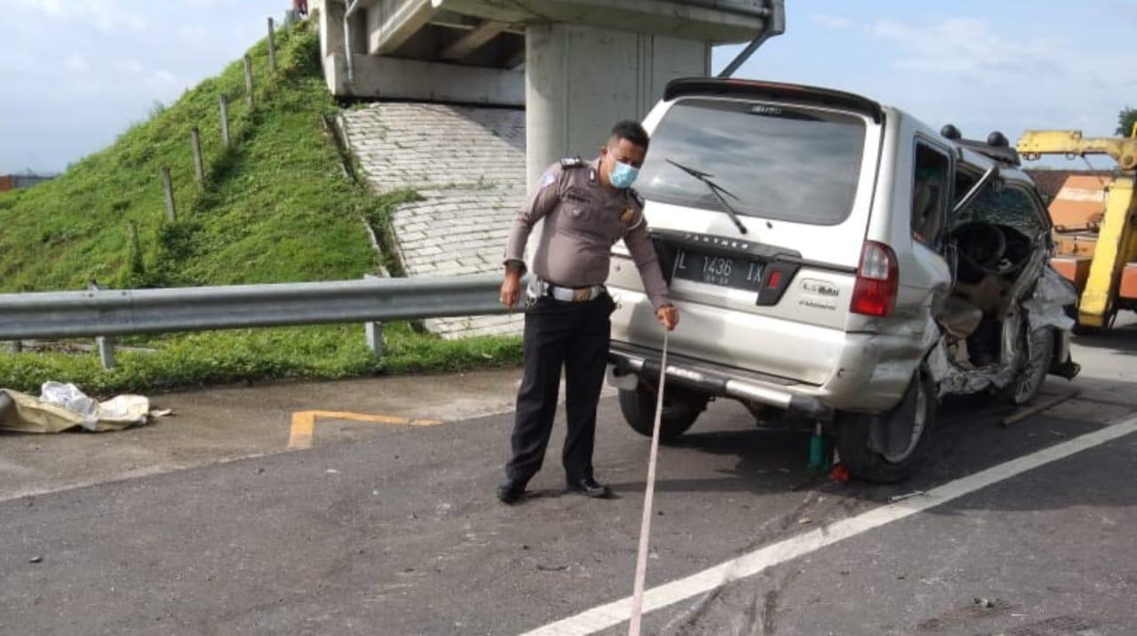 Pecah Ban, Sopir Panther Tewas Tabrak Pembatas Jalan di Tol Jombang