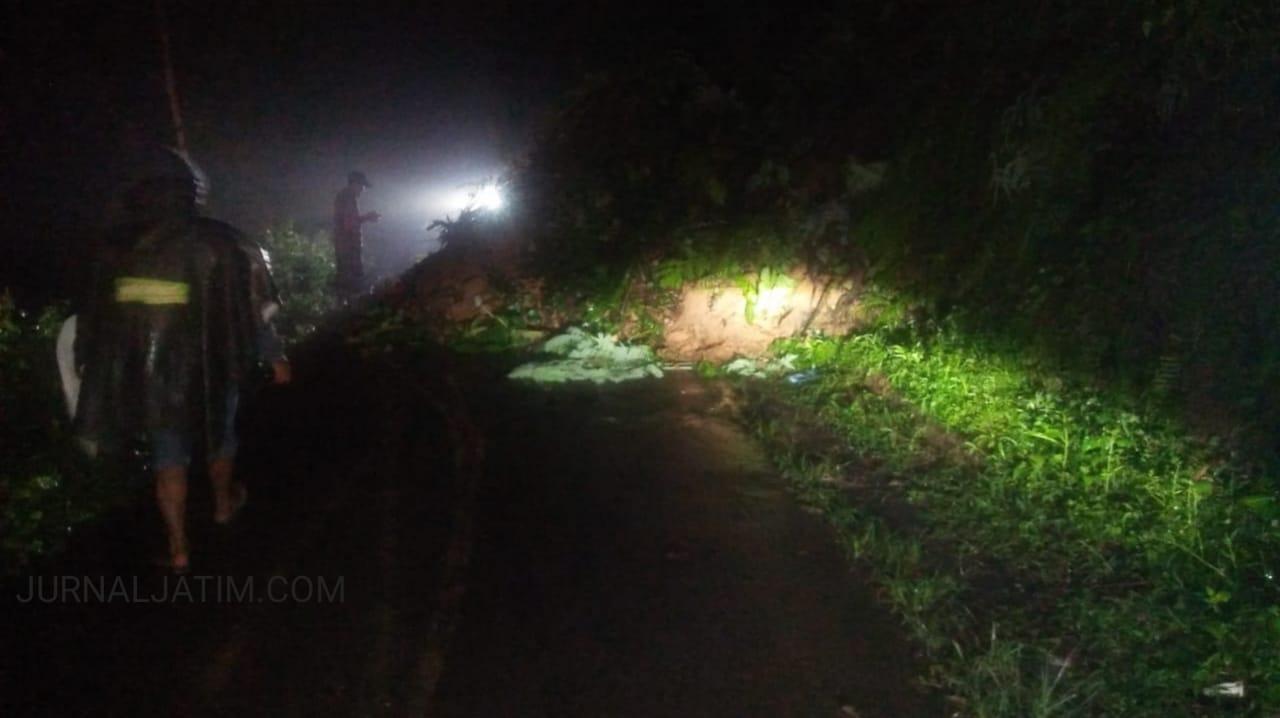 Hujan Deras, Tanah Longsor Tutup Sebagian Jalan di Wonosalan Jombang