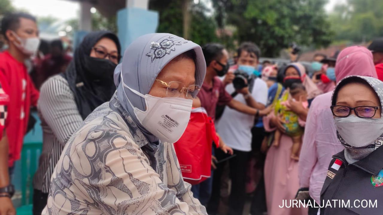 Sambangi Banjir di Jombang, Mensos Risma Bantu Kasur Lipat Dua Truk