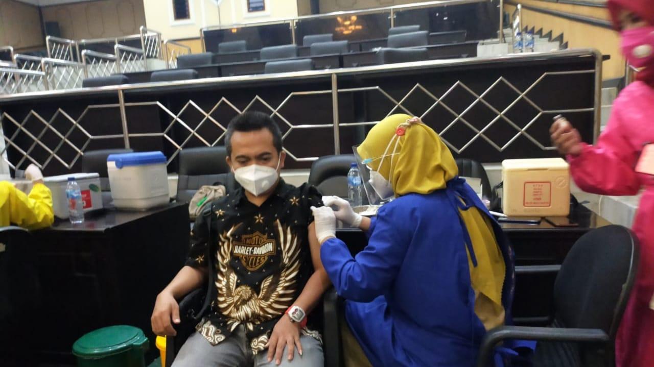 Pimpinan, Anggota Hingga Staf DPRD Jombang Disuntik Vaksin COVID-19