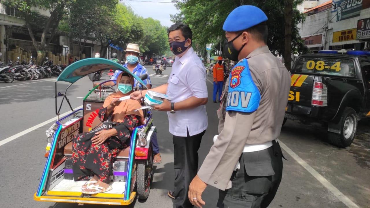 Tim Gabungan di Jombang Operasi Yustisi bagi 100 Masker ke Pelanggar