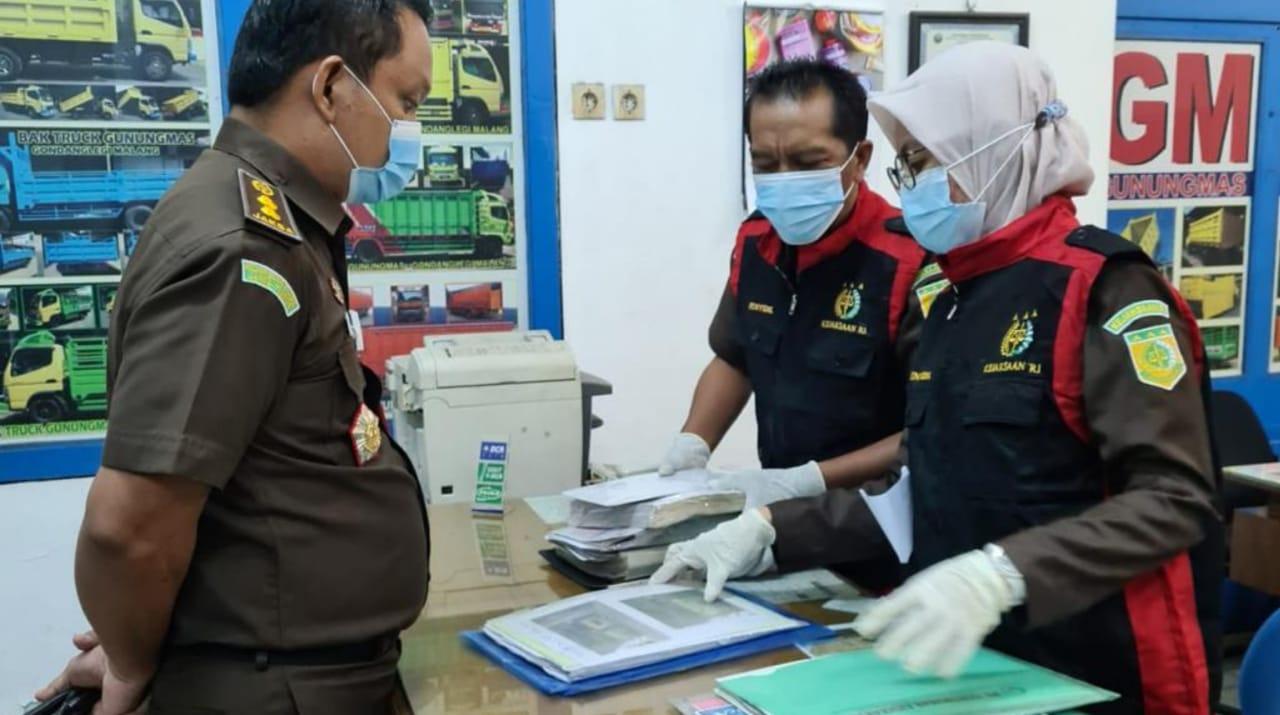 Penyidik Kejaksaan Geledah Rumah Para Tersangka Korupsi Bank Jatim