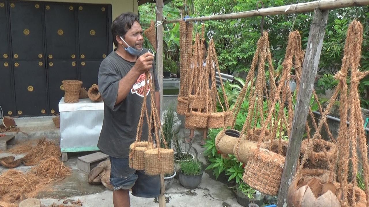 Keren! Disabilitas Jombang ubah limbah serabut kelapa jadi hiasan rumah