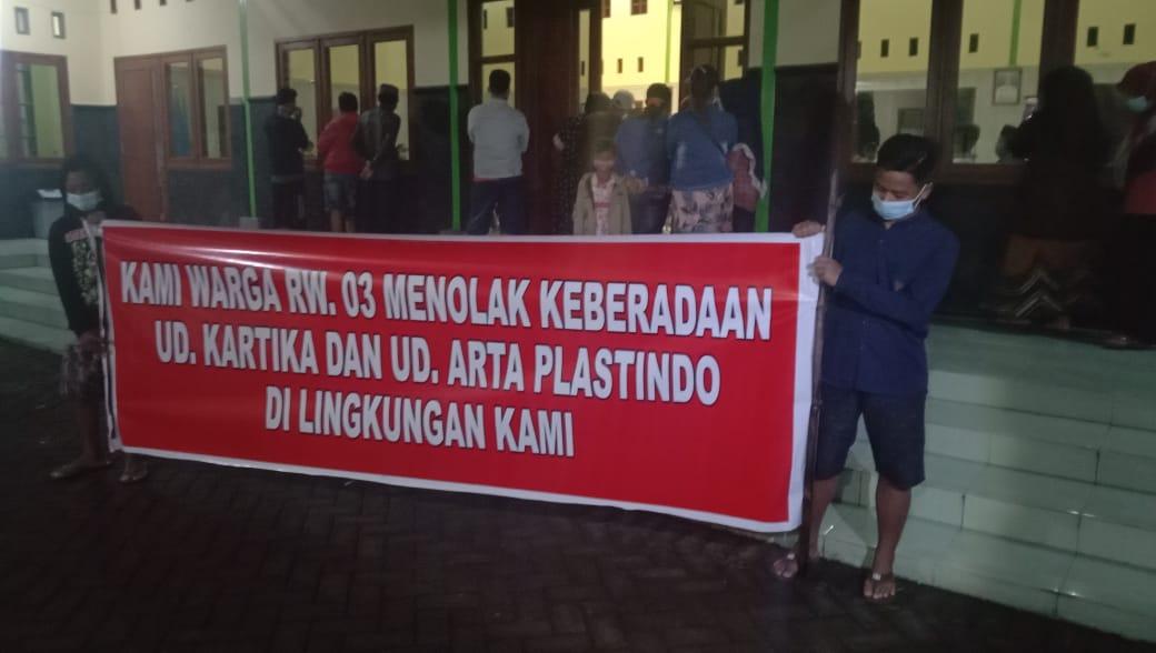 Tolak Pabrik Limbah, Warga Datangi Balai Desa di Jombang Untuk Mediasi
