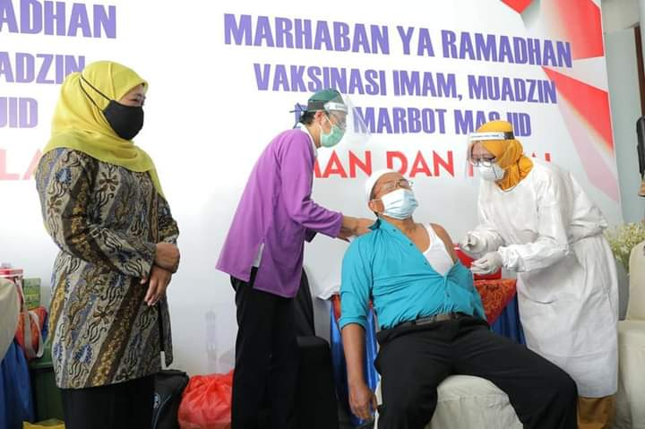 Khofifah Minta Kepala Daerah di Jatim Percepat Vaksinasi Imam Masjid