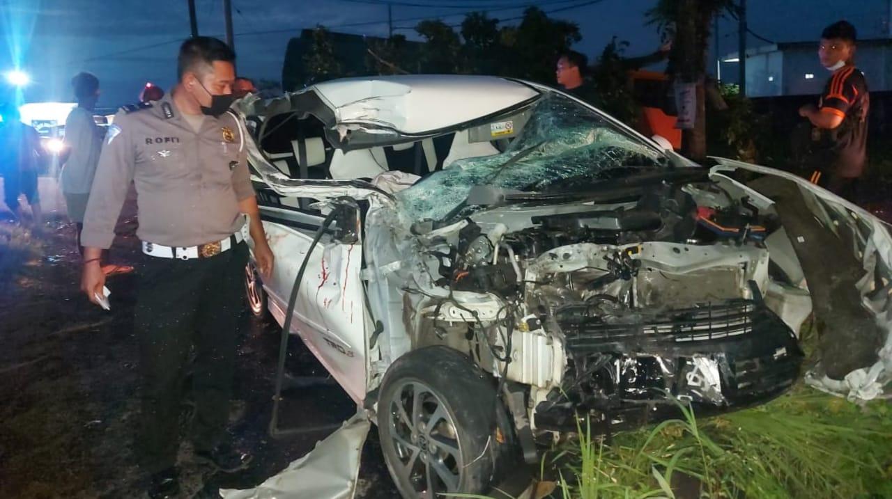 Terpeleset Aspal, Toyota Agya Ringsek Tabrak Truk Tangki di Jombang
