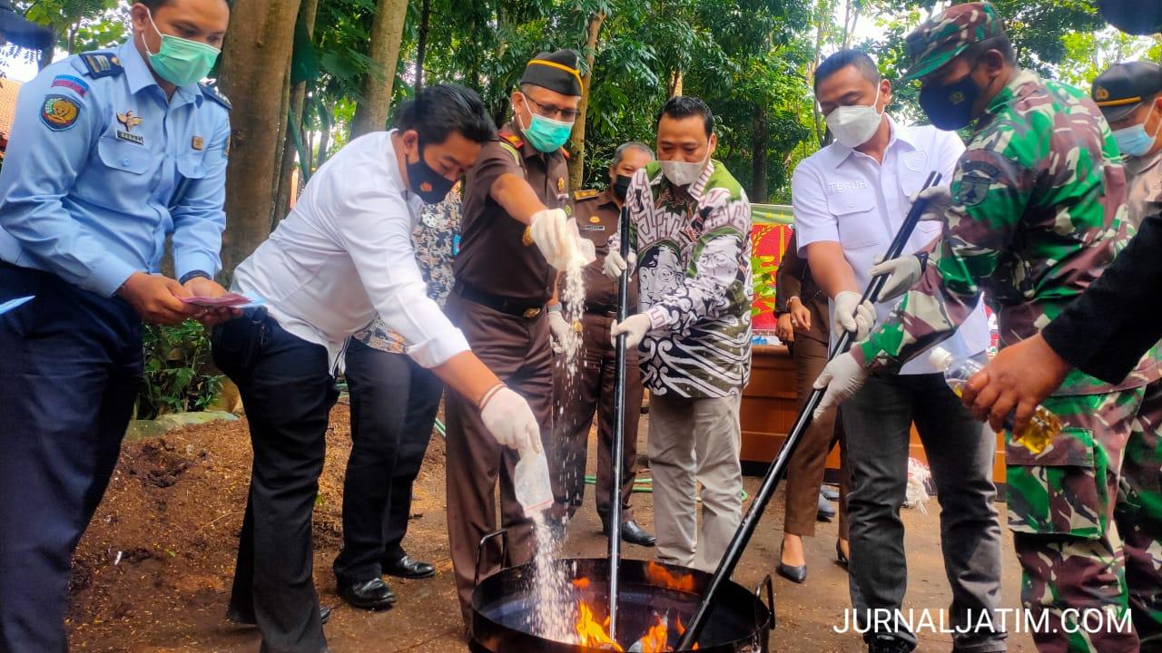 Kejaksaan Musnahkan 5.740 Rokok Ilegal, Upal dan Narkoba di Jombang