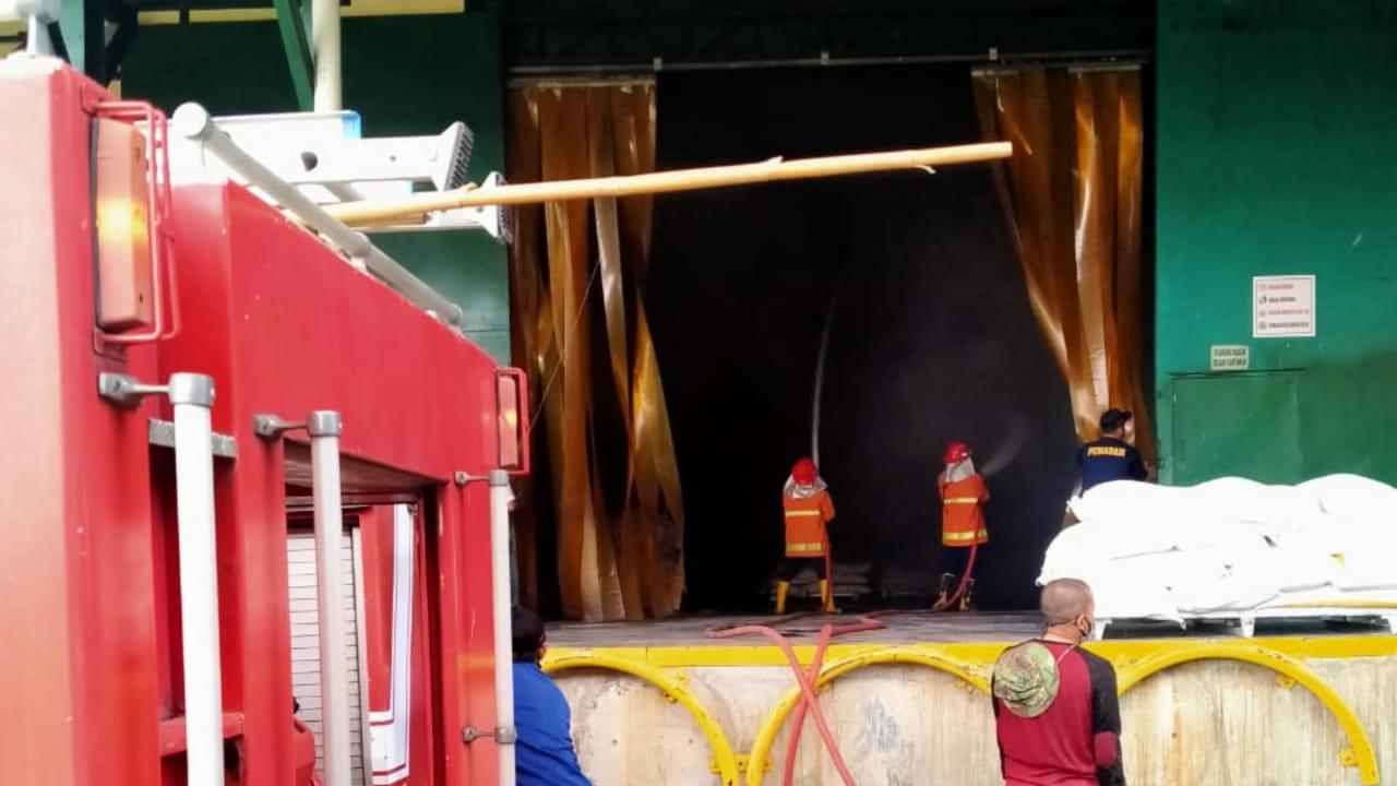 12 Unit Mobil PMK Dikerahkan Padamkan Api di Pabrik Tepung Mojokerto