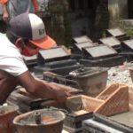 Omzet naik, perajin batu nisan Jombang banjir pesanan di bulan Ramadan