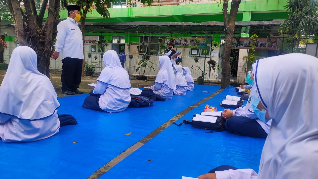 Siswa Madrasah di Jombang Belajar Tatap Muka di Ruang Terbuka