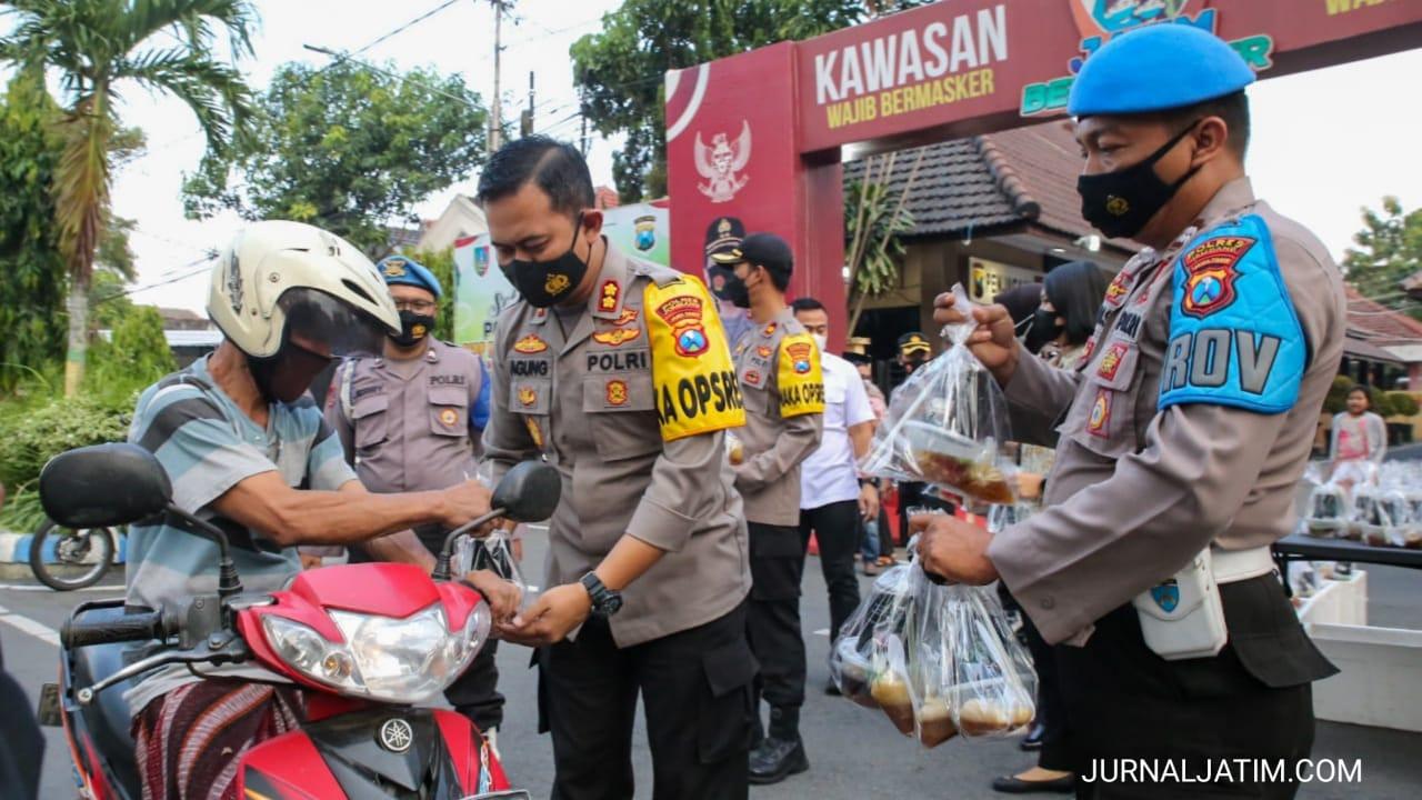 Hanya 30 Menit, Ratusan Paket Takjil Polres Jombang Habis Terbagikan