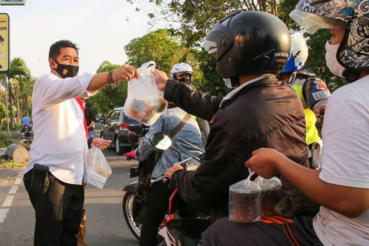 Polisi bagikan takjil gratis kepada pengendara di depan mapolres Jombang