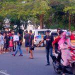 Berkah Ramadan, Pedagang Mobil Jombang Berbagi Takjil ke Pengendara