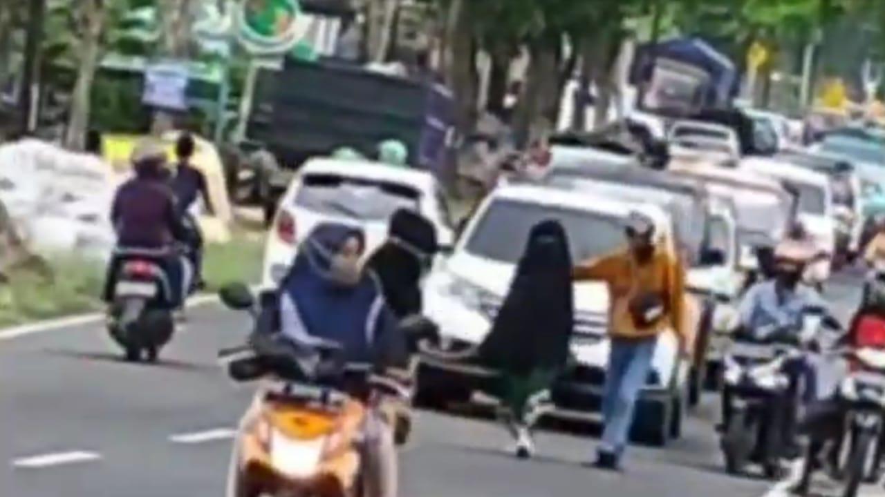 Viral Perempuan Bercadar Hitam Bikin Macet Jalan Magetan - Sarangan