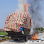 Begini Kondisi Sopir Truk Muat Kertas Terbakar di Tol Jombang-Mojokerto